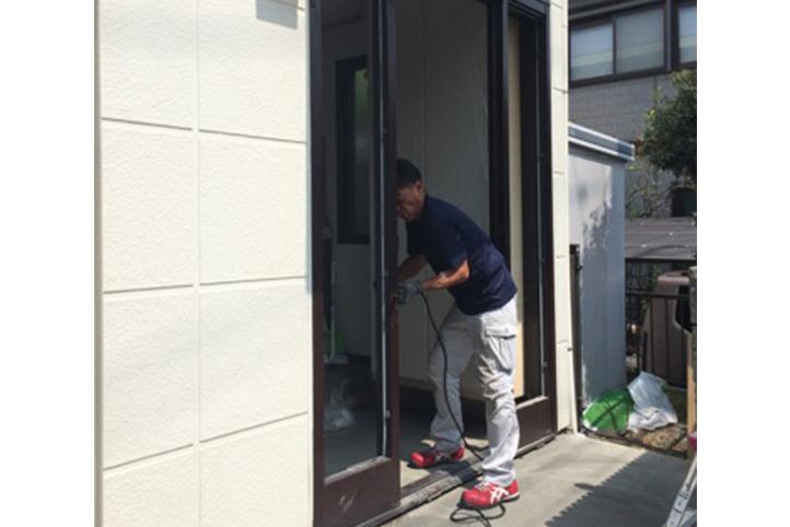 玄関ドア取付工事の様子